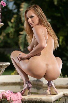 Sizzlin Babe In Garden - 09