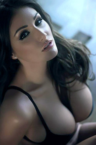 Beauty Lucy Pinder Shows Off Her Huge Breasts